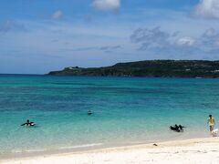 ちょっとウッパマビーチを見学。  おーきれいやん。 無料駐車場もあるし、いいねえ。 (シャワーやトイレは無い) ホテル前はプライベートビーチになっている。  向こうの島は古宇利島だ。