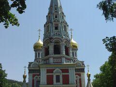 お待たせしました。シプカ僧院です。 金色の玉ねぎは後ろにちょっと見えています。 この僧院は1934年までロシア正教会によって管理されていました。 なので、十字架の形もロシア十字で、金色の玉ねぎなのです。