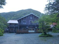 思ったより早いペースで徳澤園に到着。 建物の脇に蝶ヶ岳への登山口がありました。