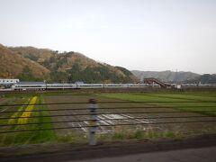 武生ICから高速に乗りました。 北陸本線・湯尾駅付近で北陸道と北陸本線が近づきます。 ちょうど北陸本線を走る特急サンダーバードも撮れました!  Photo by wife