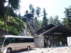 移動して山梨県身延町にある日蓮総本山久遠寺です。  駐車場から斜行エレベーターに乗り本堂に向います。 エレベーターといってもロープウェイのような感じです。
