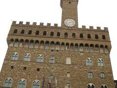 お隣にあるヴェッキオ宮殿!あのメディチ家も住んでいた場所です。