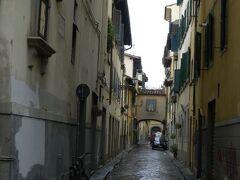 満足したところでフィレンツェ散策。ベネチアの迷路ような入り組んだ街並みとは違い、こちらは落ち着いた印象です。いたるところに彫刻があったりして、天井のない美術館とも言われるそう。