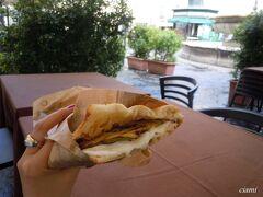 営業前のラ・カルボナーラのテーブル借りて昼ご飯。  く~、うっまい!