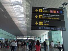 バルセロナ エル プラット空港に到着です!  到着と搭乗が同じゲートなので、かなりたくさんの人がいます。