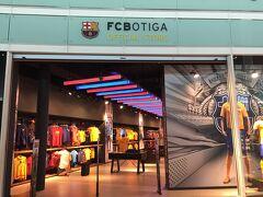 さすがバルセロナ!  FCバルセロナの大きなショップもありました。  どこのお店も向こう側の通路に通り抜け出来るようになっていて、パイロットの方達がガンガン通り抜けしていました(笑)。