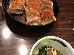 車で福岡市内まで。 鉄なべ餃子とゴマサバです。鉄なべ餃子は思ったより小ぶりで、お酒飲みの食べ物だと思いました。 という訳で2軒目に行きました。