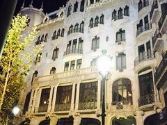 バルセロナでのお宿、カサ・フステル(カーサ フスター??)に到着です!  タクシーを降りたらすぐにドアマンがやってきてホテルに案内してくれるので、写真を撮る間がなく、これは翌日の夜に撮ったもの。  着いた時はまだまだ明るかったですよ〜。