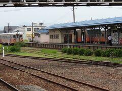 跨線橋を渡ったところに津軽鉄道のホームが