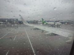 成田空港に到着。  雨降って・・・寒いです。  奄美にUターンしたいよー(涙)