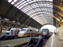 Frankfurt Hauptbahnhof(フランクフルト ハオプトバーンホフ)♪ Hauptbahnhof(ハオプトバーンホフ)、略して「Hbf.」とも表記されます。 「中央駅」の意味です。