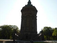 駅から歩くこと数分で、町のシンボルになっている給水塔(Wasserturm)に到着。 ちょうど逆光だったので、真っ暗。