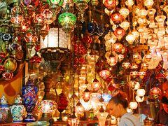 グランド・バザールは、イスタンブールの中でも一番古くて大きな市場だ。 バザールの門を潜ると目の前に現れたのは光輝くアラビアン・ランプのお店。 天井から、壁から吊り下げられたランプがキラキラと輝く空間が目の前に広がった。  アラビアン・ランプはモロッコのマラケシュでも沢山見てきたが、同じアラビック模様でもその雰囲気が地域により全然異なる。  モロッコのランプは、ランプシェードの骨組が作り出す陰影を楽しむタイプが主だったが、トルコのランプは、色彩豊かな同じ型のランプをサイズ違いや連なりとして楽しむシンメトリータイプだ。  部屋の装飾品にはそんなに固執しない私ですら魅了するトルコのランプ。 ランプ好きの方ならば垂涎ものだろう。