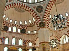 このモスクはシェフサーデ・ジャミィと呼ばれるモスクでスレイマン大帝の息子であったメフメット皇子(1歳で亡くなっている)のための廟だ。  モスクの中は、観光客の入れる区域とイスラム教徒のお祈りする区域が分けられており、白を基調とした空間にはヒンヤリとした空気が流れている。