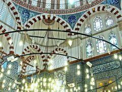 リュステム・パシャ・ジャミィは、エジプシャン・バザールの端の商店街の2階部分に隠れるようにひっそりと建つ小さなモスクだ。 大きくて有名なモスクの様に尖塔を沢山持つわけでもない、バザールの端にあるちいさな街の中のモスク。 なぜ、そのモスクが一番気になるモスクだったかというと…、その理由はモスクに使われている青いタイル。  青いタイルを使用したモスクとしてはブルーモスクの異名を持つスルタン・アフメット・ジャミィが有名だが、私的には青の色調の美しさで行けば、もしかしたらリュステム・パシャ・ジャミィの方が上を行くのではないだろうか…と考えていた場所だ。  そして、その考えは多分、当たりだった。  前日にリュステム・パシャ・ジャミィに初めて訪れた時、モスクはちょうど礼拝の時間が終わった時間帯だった。  モスクのランプには明かりが灯り、青色のタイルが一面を覆い尽くすモスク内部を照らしだしていた。