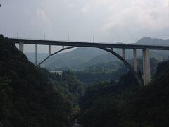 日向から熊本に戻ります。 来たときに寄れなかった高千穂峡へ。 天孫降臨という感じがひしひしと伝わってきます。