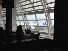 熊本行きの搭乗までに時間があったのでラウンジでコーヒータイム。しかし前日から直前まで何度も搭乗口の変更があって閉口しました。