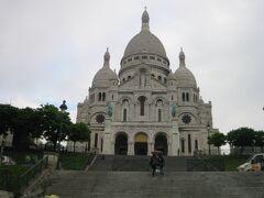 6日目(パリ自由行動2日目) サクレ・クール寺院。ルーブル美術館同様に 朝早く来たので観光客もまばらです。  到着した時には、雨が降る天気で、