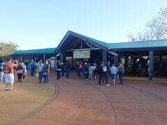 イグアスの滝国立公園入口.8am開門で,8:15am頃だが観光客多数.