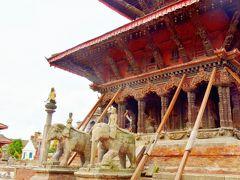 正面の入り口に2等の像が並ぶのが特徴であるヴィシュワナート寺院。こちらもつっかえ棒で現存を維持している。