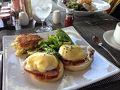 ロイヤルハワイアンホテルのサーフラナイのエッグベネディクトの朝食は オランデーズソースと黄身のとろ?りがとってもマッチしていておいしいです。 わたしはここのがいちばん好きかも。  ※オランデーズソース(仏: Sauce Hollandaise )は、バターとレモン果汁を卵黄を使用して乳化し、塩と少量の黒コショウまたはカイエンペッパーで風味付けしたものである。フランスのソースであり、オランダのソースを模したことによる名前と言われている