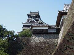 【15:30 熊本城】 入場料\500/人 駐車場\500(時間制) 滞在時間2時間  天主閣や本丸だけが残っている所が多い中、熊本城は城門や櫓群が当時のまま残っています。城の本来の規模を実感でき、貴重な経験になりました。  見所が多いうえ、私は歴史にそこまで詳しくないためルートを決めてまわりました。結果的に大正解。 (櫨方門→竹の丸→櫓群(十八間櫓など)→不開門→櫓群(源之進櫓など)→梅園→二様の石垣→地図石→首掛け石→宇土櫓→闇り御門→本丸御殿→熊本城天守閣→数寄屋丸 ※多少の前後あり)