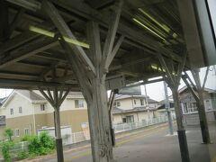 13:23 小川郷駅(おがわごう)に着きました。(いわき駅から10分)  ホームは木造の屋根です。
