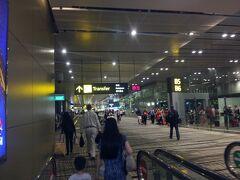 チャンギ空港に着いたのは午前0時30分。  チビはゲームに夢中で難なく7時間フライトをクリア!  飛行機も多少はがんばって飛んだのか少しの遅れで済みました。