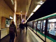 12/29 18:08  次は、ルーヴル美術館(金曜の夜間見学)に行くのですが・・ 1つ駅を間違えましたが、このまま歩いていこうと思います。