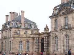 ロアン宮   Palais Rohan なんとなく う=ーーん ヴェルサイユにも 似てるようなと思ってたら ロアン宮はヴェルサイユ宮殿の礼拝堂を手がけた人が 設計だって 後で 知った。