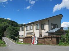 駅前には嬬恋温泉「つまごい館」があります。  9部屋(最大30名)の小さい温泉宿です。(源泉かけ流し)  残念ながら日帰り入浴はしていません。  ■嬬恋温泉「つまごい館」  http://scty.net/tumagoikan/