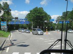 峰の茶屋に着きました。  少し複雑な交差点で、右に直角に曲がると「白糸の滝」へ、右斜め方向(画像右)の道路  は国道146号線、左斜め方向(画像左)は鬼押ハイウェーです。  バスは「鬼押ハイウェー(有料道路)」を走ります。