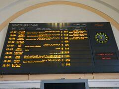 アフリカ大陸で電車の旅ができると思いませんでした。 とてもハッピーな感じで乗車します。  でも、ここはアフリカ。電車に乗る前には必ずONCFのサイトで時刻を確認しましょう。 http://www.oncf.ma/  時刻表によると3時間30分で行く電車と4時間10分で行く電車の2パターンあります。  英語にするとすぐバグるのでフランス語で。 よ〜くわからないけど、なんとなく理解したつもりで♪