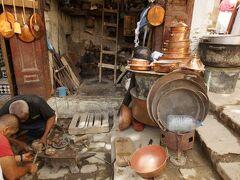 ちょっと広くなった広場に鍛冶屋さんやお店がたくさんあった。