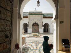 カラウィンモスク  イスラム教以外の物は入れないので、みんなと同じ入口からの写真