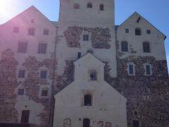 港の近くにあるトゥルク城は、外観だけで充分なので、入場料は払わずに、外のベンチでのんびりしました。