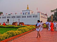聖園の中に入ると、まず目に付くのが白い建物のマーヤー聖堂(仏陀の生母、摩耶夫人の名を冠した聖堂)。