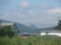 車窓から昭和新山を激写!畑だった土地が隆起して山になった。今も火山活動と連動しているのかな〜。