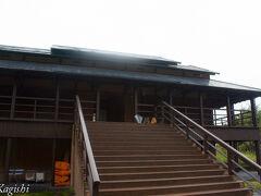 川西地区に移動して「光の館」へ この建物は実際に宿泊が出来るので、一般観覧は16:00で終了 滑り込みで観る事ができました。 この建物はジュームズ・タレルの作品、天気が良ければ屋根が開きます