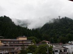 部屋から見える山には雲海が観られます 天気予報では今日もあいにくの雨模様です