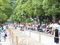 鶴岡八幡宮 流鏑馬馬場 12:30頃  馬場元にある鳥居からの入場が止められました。 ギリギリ、ここから入れてもらいました。  馬場の右側は招待席、左側は一般席や報道関係者席となっています。