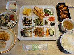 これが本日の朝ご飯、今日もお昼が食べられない可能性もあることから、しっかり食べます。