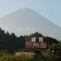 当初はバスで戻ってくる予定だったので紅葉台入口の広いスペースに車を駐車しました。紅葉台入口に到着した時は富士山は見事な姿です。