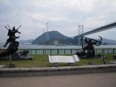 直ぐそばに平家と源氏像が建ってます。