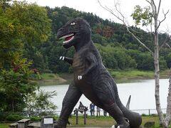 桂沢湖に立ち寄りましたが、紅葉前につき閑散としておりました。 みょうに足の長い恐竜のオブジェ…