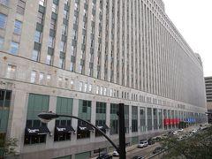 駅の名になっているマーチャンダイズマートは、1929年に完成した世界最大の卸売商業ビルで、中の通路の総延長は12kmにも及ぶのだとか。  全米から物資が集まる商業地シカゴを象徴する建物です。