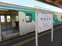 途中の梁川駅で別の車両に乗り換えます。