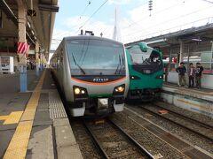 青森駅に到着、リゾートしらかみとリゾートあすなろ。