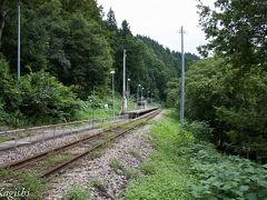 足滝駅 山の中腹に駅があり地元の人は駅まで来るのが大変だろうなとか心配してしまいました