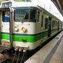 初日は移動だけ。気分的に楽だ。 急ぐこともないので、新幹線は使わずにすべて在来線(笑)。 東京?上野ラインができたおかげで高崎まで乗り換え無し。グリーン車でゆったり(笑) 高崎から水上まで行き、水上から越後湯沢行きに乗りかえる。 水上駅に入って来た電車は、どことなくディーゼル車を連想させる風情の列車だった。 ここから土合まではわずか2駅、登山客もちらほら。